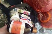 На лінії розмежування жінка намагалася за хабар провезти косметику на 250 тис. гривень
