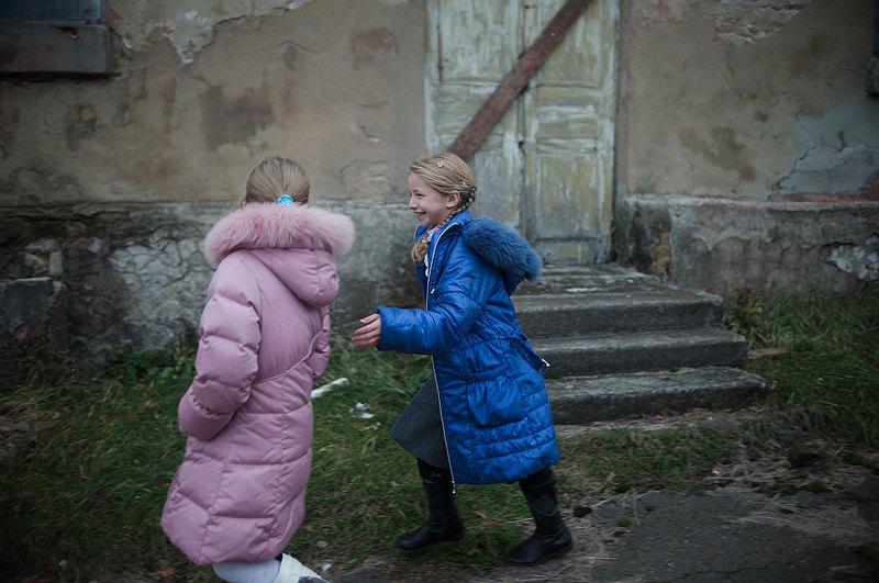 Дівчатка, які вчаться в школі, грають на шкільному подвір`ї після уроків. Під час активних бойових дії учні лишаються вдома, поки ситуація не стає більш безпечною.