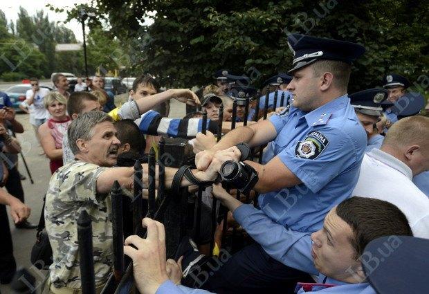У журналиста Владимира Щербины отобрали видеокамеру. У него на руке остался ремень.