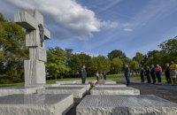 Порошенко возложил цветы к памятнику жертвам Волынской трагедии в Варшаве