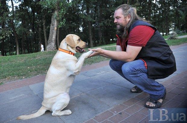 Кинолог Андрей Коленченко со своей воспитанницей Лорой во время занятий в парке