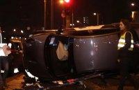 В Киеве таксист снес около 15 метров железного ограждения и перевернулся