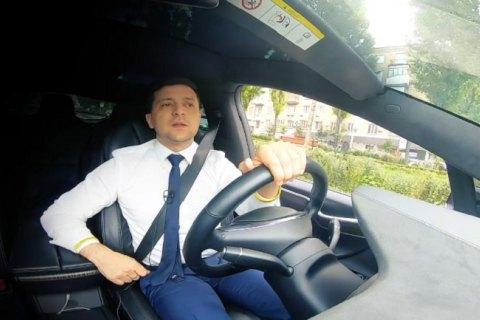 Зеленський записав нове відеозвернення до українців за кермом Tesla і розповів, як не помилитися на виборах