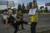Установлена личность женщины, избившей дончанку с украинским флагом