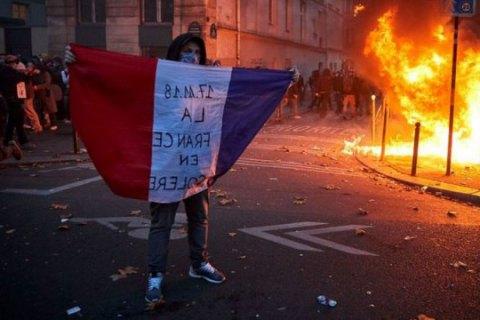 """У Парижі правоохоронці застосували сльозогінний газ на мітингу проти закону """"про глобальну безпеку"""""""