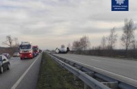 На Київщині вантажівка перекинулася посеред траси, рух тимчасово заблоковано