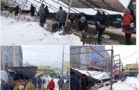 У Києві впав навіс, під яким велась стихійна торгівля