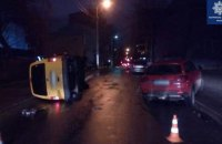 В Киеве пьяный водитель влетел в припаркованное авто, вышел из машины и уснул