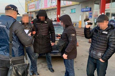 У Києві оперуповноважений Нацполіції вимагав хабар у продавця нелегального алкоголю