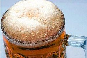 Шведський уболівальник приніс Азарову шість пляшок пива