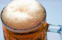 Шведский болельщик принес Азарову шесть бутылок пива