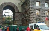 Со здания КГГА на Крещатике сорвался рабочий