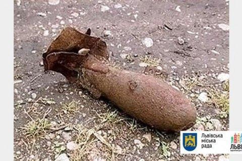 У Львові в центральному парку виявили артснаряд