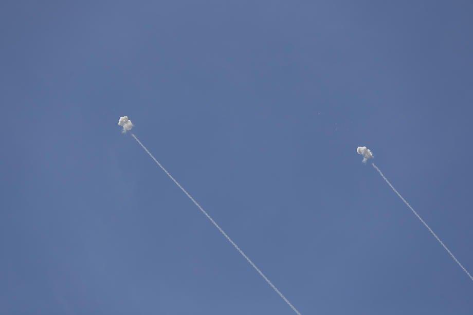Ізраїльська система протиповітряної оборони 'Залізний купол' перехоплює ракети поблизу міста Ашкелон, Ізраїль, 17 травня 2021 р.