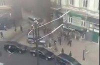 Нацкорпус устроил пикет с петардами и файерами под офисом Медведчука в Киеве (обновлено)