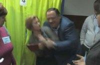 Нардеп от ПР пытался силой выгнать Геращенко с избирательного участка в Обухове