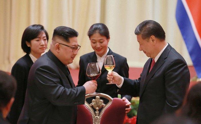 Ким Чен Ын и Си Цзиньпин во время их встречи в Даляне, Китай, 08 мая 2018.