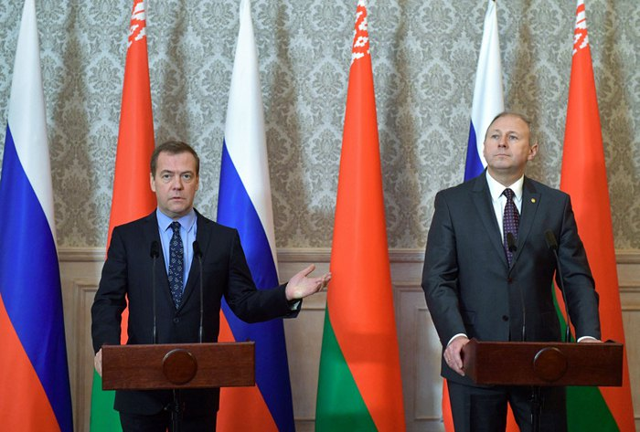 Премьер-министр РФ Дмитрий Медведев и премьер-министр Беларуси Сергей Румас после заседания Совета министров Союзного государства России и Беларуси в Бресте, 13 декабря 2018.