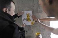 Активисты разрисовали незаконную стройку цветами
