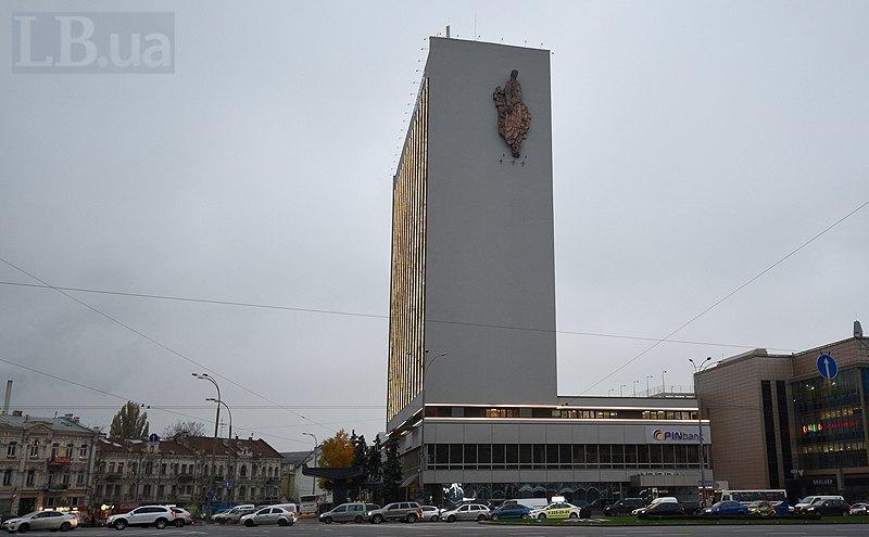 """Готель """"Либідь"""" (вид з площі Перемоги)"""