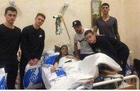 """Футболисты """"Динамо"""" проведали в госпитале раненых бойцов АТО"""
