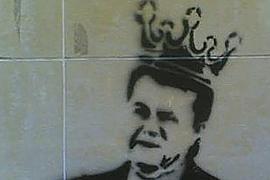 "Януковича ""короновали"" в Донецке на стенах домов"