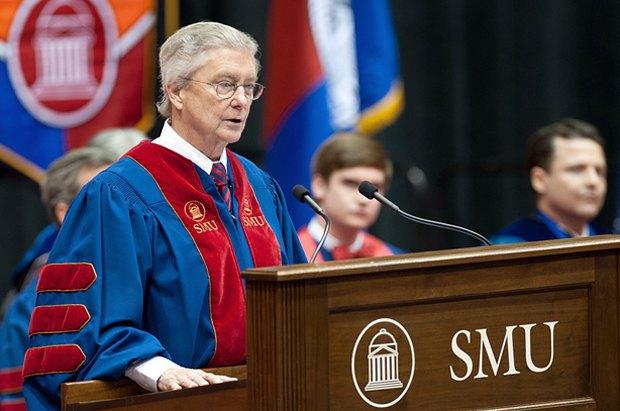 Карл Сьюэлл выступает перед выпускниками