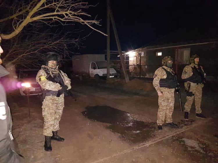 Силовики в Жовтневому під час обшуку в будинках у кримських татар