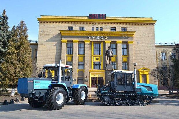 Виставка техніки перед будівлею Харківського тракторного заводу