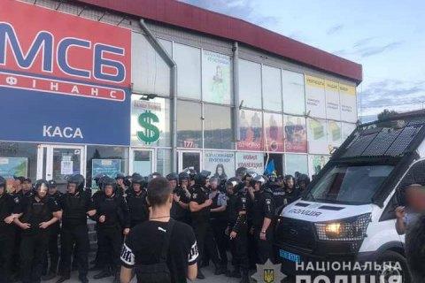 """Еще двум нападавшим на оператора на рынке """"Барабашово"""" в Харькове объявили о подозрении"""