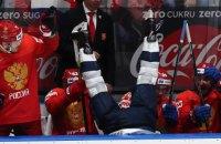 На ЧМ-2019 хоккеист сборной США приземлился на скамейке соперника после проведенного против него силового приема