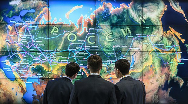 Відвідувачі спеціалізованого форуму в Москві розглядають карту нафтової промисловості Росії