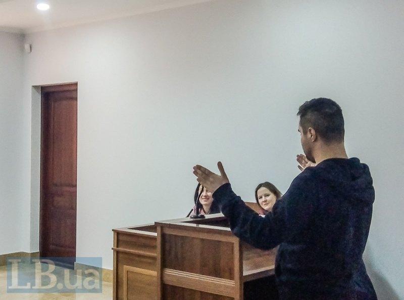 Олександр Козаченко показує, якого розміру палицею бив його Шадров
