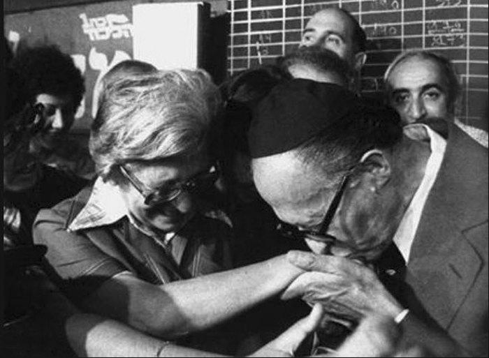 Бегин целует руку супруги в день победы на выборах, 1977