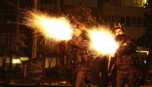 Полиция разгоняет участников демонстрации в Стамбуле