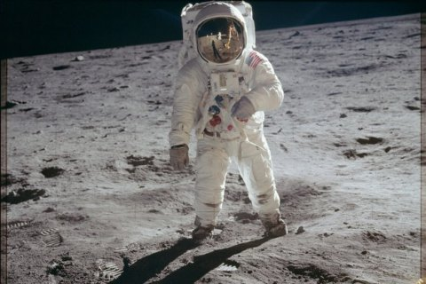 NASA выложила архив фотографий астронавтов на Луне