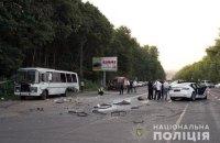 """У передмісті Хмельницького рейсовий """"ПАЗик"""" зіткнувся з Теслою, постраждали 8 людей"""