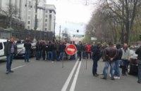 Автомобилисты перекрыли улицу у Рады
