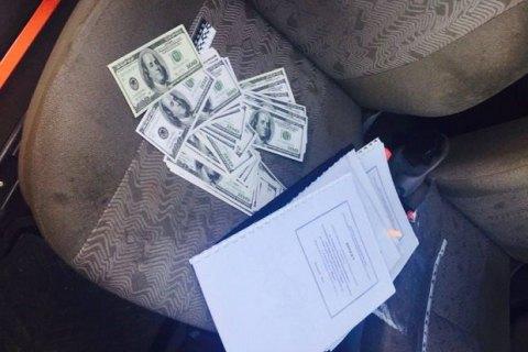 Землевпорядника сільради в Київській області затримано під час отримання $17,5 тис. хабара