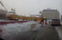 30-метровую буровую установку, упавшую на Почтовой площади, подняли
