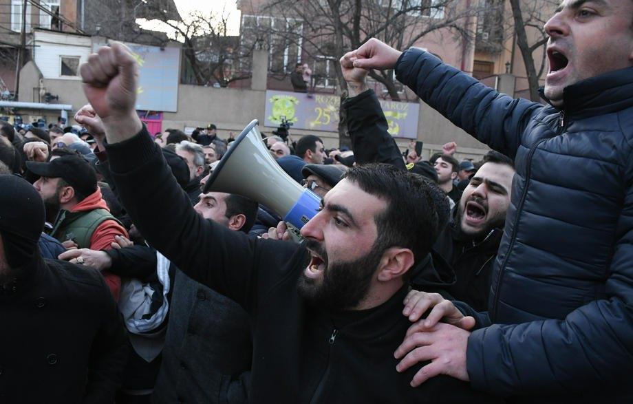 Участники акции протеста против премьер-министра Пашиняна в Ереване, 09 марта 2021 г.