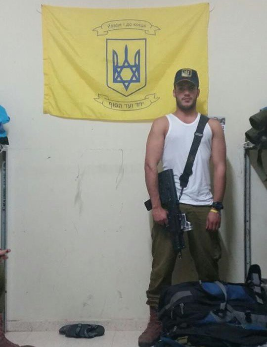 """Мендель Асман повесил в расположении своего подразделения флаг с гербом Украины и подписью """"Разом і до кінця"""""""