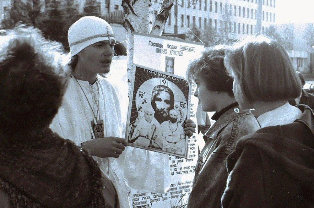 Адепти Білого братства на майдані Незалежності, Київ. 1993