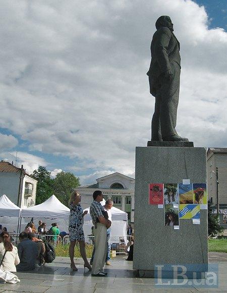 Страшний сон комуніста: патріотичні українські плакати на постаменті пам'ятника Леніну