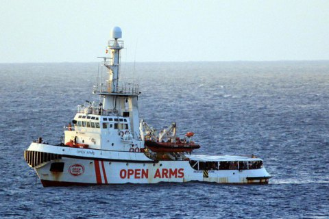 Италия приказала судну Open Arms с мигрантами плыть в Испанию