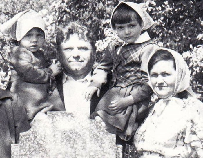 Надя з молодшою сестрою Вірою, батьком і мамою, 1986 рік.