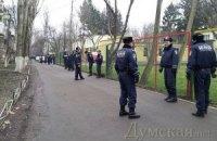 В Одессе людям не дают пообщаться с Януковичем без медсправки