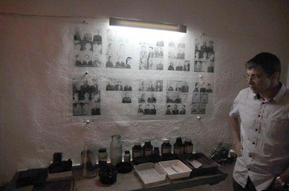 Руслан у фотолабораторії музею