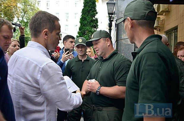 Василь Серватюк и Юрий Деревянко у здания Госпогранслужбы Украины.