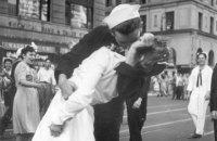 """Помер герой легендарного фото """"Поцілунок"""" з дня закінчення Другої світової"""